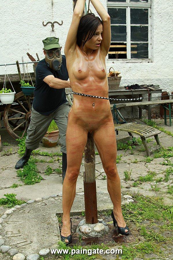 фото женшин которые издеваются над девушками голыми