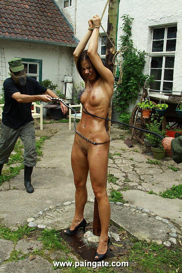 фото издивателства над голыми женшнами
